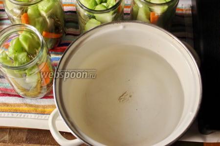 Варим маринад, в воду добавляем соль и сахар, варим до кипения. Выключаем огонь, затем добавляем уксус.