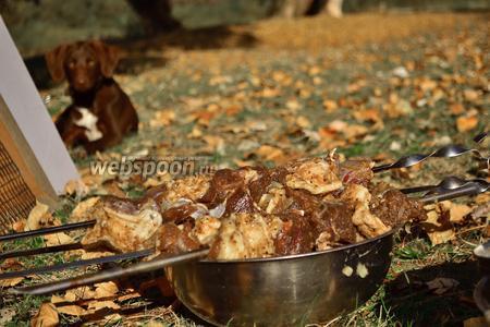 Натянуть мясо на шампур, неплотно друг к другу.