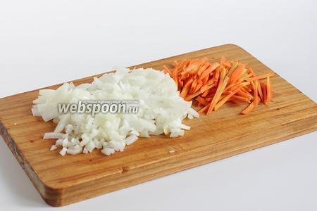 Пока варится бульон, нарезать крупную луковицу и небольшую морковку. 1/2 часть нарезанной луковицы отправить в бульон. А часть оставить для зажарки.