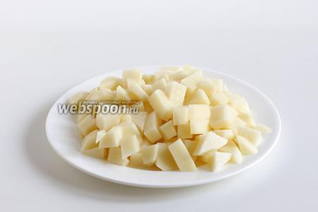 Картофель очистить и нарезать мелкими кубиками.
