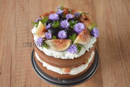 Затем, готовый торт украшаем виноградом и дольками инжира. Я добавила ещё цветы (но это совсем не обязательно!). Предварительно, у каждого цветка обмотала ножку пищевой плёнкой. Такой торт прекрасно может простоять в холодильнике сутки, но лучше, конечно его, съесть сразу же. Приятного аппетита!