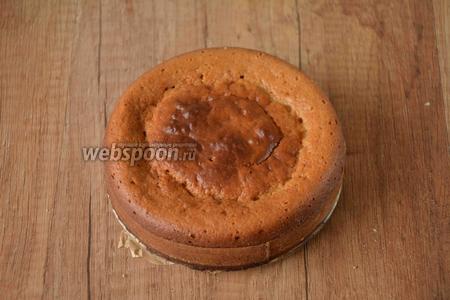 Выпекаем коржи для торта в разогретой, до 200°С духовке, около 25-35 минут. Проверяем готовность деревянной шпажкой. Выпекаем вторую часть теста, при тех же условиях. Время приготовления может изменяться, ориентируйтесь на Вашу духовку.) Готовые коржи необходимо остудить, до комнатной температуры.