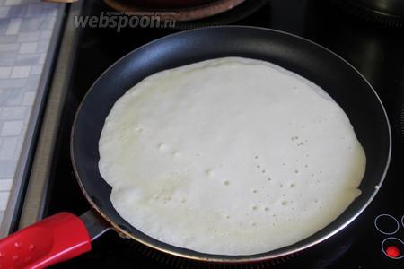 Начинать печь блины, как обычно. Налить на разогретую сковороду тесто.