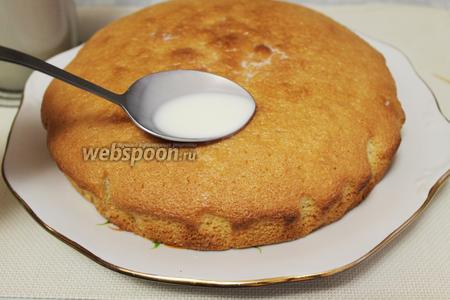И полить приготовленной заливкой, её надо вылить на тёплый торт всю — она постепенно пропитывает его.