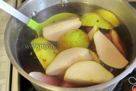 Подготовленные плоды пробланшировать 3-5 минут, в зависимости от крупности нарезки. Можно опустить этот шаг, груши нарезать тоньше и сразу разложить в банки.