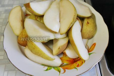 Вынуть груши из воды, отлить 0,5 литра этого отвара и, добавив сахар, сварить сироп.