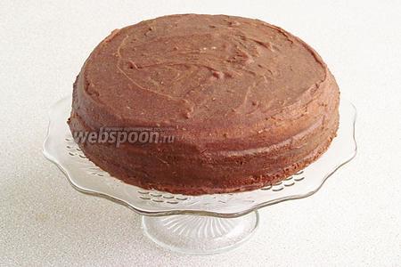 Второй пласт смазать слоем крема и покрыть верхним пластом. Обмазать торт оставшимся кремом.
