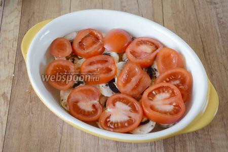 Помидоры режем кольцами средней толщины. Выкладываем помидоры сверху на грибы. Также слегка посыпаем солью.