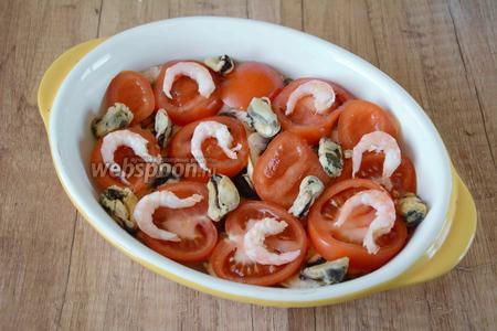 Креветки очистить от панциря. На помидоры выкладываем креветки и мидии.