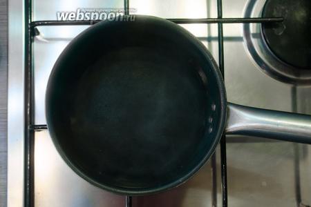 Ставим 500 мл воды, в ковшике или небольшой кастрюле, кипятиться.