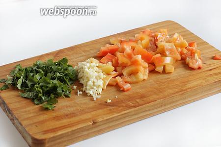 Тем временем нарезать квадратиками сладкий перец, измельчить чеснок и кинзу.