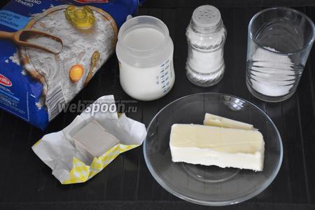 Для приготовления теста для ватрушек нам понадобится мука, сливочное масло, молоко, дрожжи свежие, сахар и соль.