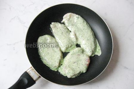 Выложить на горячую сковороду с подсолнечным маслом. Обжарить с обеих сторон до румяной корочки.
