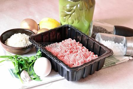 Подготовим продукты: говяжий или телячий фарш, яйца, рис круглозернистый, лимон, репчатый лук, зубчик чеснока, оливковое масло, зелень петушки, соль и перец.