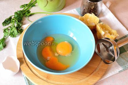 Пока тушатся фрикадельки, займёмся приготовлением соуса Авголемоно, на основе которого и будет наш бульон для фрикаделек. Для этого к оставшемуся желтку добавить ещё одно яйцо и сок одного небольшого лимона. Взбиваем блендером яично-лимонную смесь.