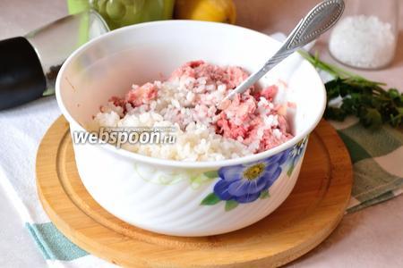 К мясу добавить рис и всё как следует перемешать. Немного отбиваем фарш.