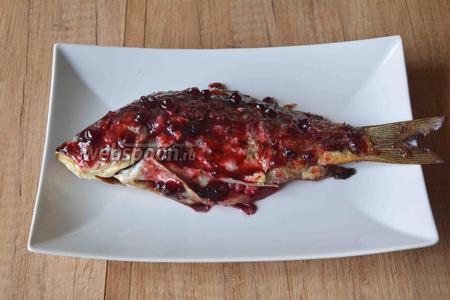 Хорошо поливаем готовую рыбку ягодным соусом. Подаём к столу в горячем виде. Приятного аппетита!