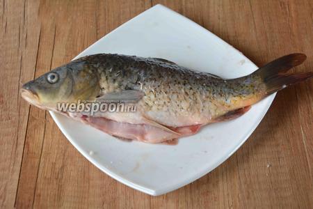 Карпа выпотрошить, промыть под проточной водой, обсушить. Натереть рыбу солью и чёрным молотым перцем.