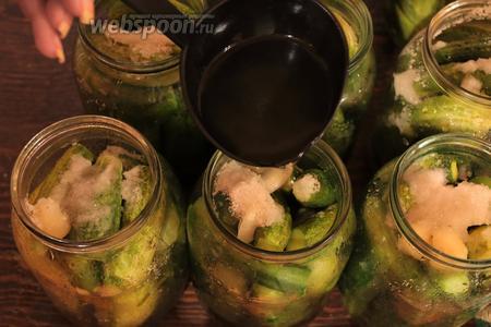 Перед тем, как зальём воду в третий раз, всыпать в банки соль и сахар. Залить кипятком, влить уксус и закатать.