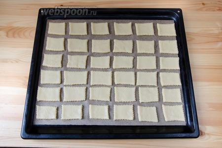Выкладываем печенье на противень, застеленный пергаментом. Выпекаем примерно 15 минут, при температуре 200°С, до румяного цвета.