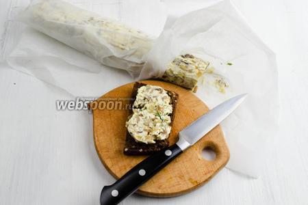 Подавать масло, намазывая его на гренки и посыпая рубленой зеленью, к завтраку или на перекус.