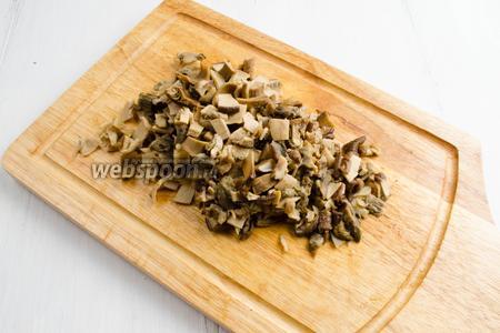 Готовые грибы отбросить на дуршлаг. Отжать лишнюю воду. Нарезать мелко.