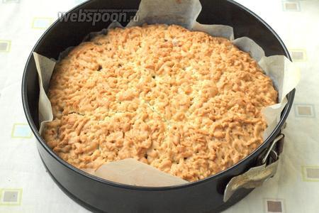 Духовку разогреть до 180°С и печь пирог около 40 минут.