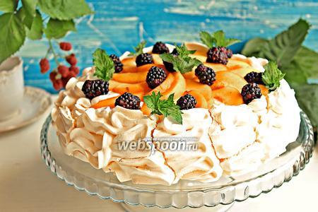 Десерт «Павлова» с персиками и ежевикой