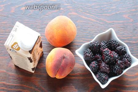 Для крема и декора нужны жирные сливки, ежевика и персики. С персиков снять кожицу, нарезать слайсами.