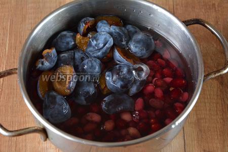 Подготавливаем ингредиенты, сливы разрезаем вдоль и убираем косточку. Кизил хорошо промываем и убираем плохие ягоды (если таковые есть). В кастрюле соединяем кизил и сливу, заливаем водой.