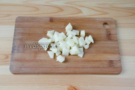Картофель режем мелкими кубиками.