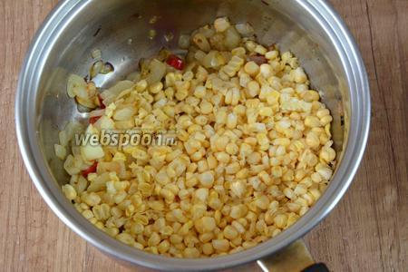 Когда овощи обжарятся, добавляем кукурузу. Обжариваем на слабом огне, около 3-5 минут.