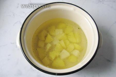 В кастрюлю налить бульон. У меня куриный. Картофель почистить, помыть и нарезать кубиками, добавить в кастрюлю с бульоном.
