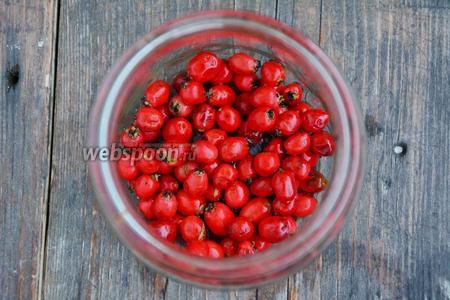 Боярышник перебираем, отделяем ягоды от веточек. Боярышник нужен плотный, без вмятин и видимых повреждений. Ягоду тщательно промыть, в последний раз кипячёной, холодной водой. Затем просушить.  Ягоды сложить в любую стеклянную ёмкость.