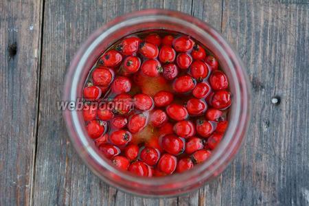 Затем залить ягоды коньяком. Хорошо перемешать содержимое банки с помощью деревянной ложки.