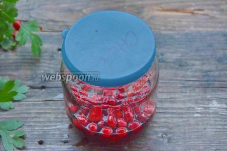 Закрываем банку обычной крышкой и убираем в тёмное, прохладное место (не в холодильник) на 1-1.5 месяца. Коньяк вытянет из ягод все соки. Затем, когда пройдёт время, сливаем настойку через сито, отделив ягоды от жидкости. Настойка готова!