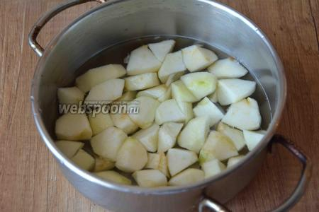 Теперь займёмся яблоками. Яблоки необходимо помыть, разрезать на равные части, удалить семена. Режем произвольно яблоки, складываем в кастрюлю. Заливаем водой. Ставим на средний огонь, даём закипеть. Затем убавляем огонь, варим минут 15-20.