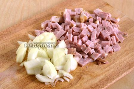 Пока варится фасоль, нарежьте кусочками лук и и мясо.