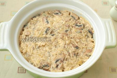 Сверху капусты выложить готовый грибной соус.
