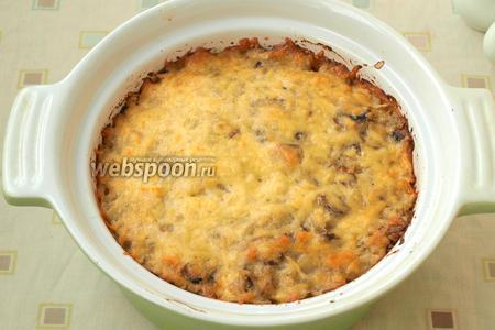 Запекать капусту с курицей и шампиньонами около 20-25 минут до румяной корочки. Подавать можно сразу, разложив на порции. Приятного аппетита!