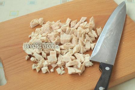 Кусочками нарезать готовую курицу.