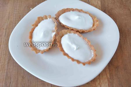 Когда тарталетки полностью остынут, наполняем каждую кремом, с помощью мешочка для крема.