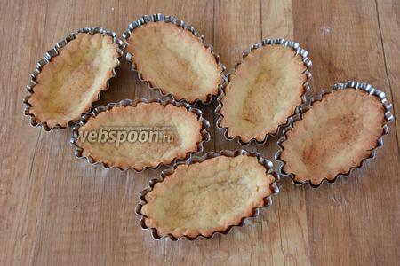 Готовые тарталетки достать из духовки, дать им полностью остыть, только потом вынимать их из форм.