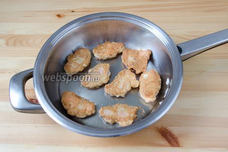 Обжариваем гольца на сковороде с разогретым растительным маслом, по 2-3 минуты с каждой стороны.