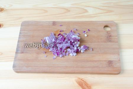 Готовим соус для рыбы, это займёт всего несколько минут. Фиолетовый салатный лук режем как можно мельче.