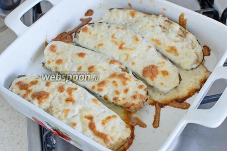 Когда сыр расплавится — баклажаны готовы. Подайте их со свежими помидорами!