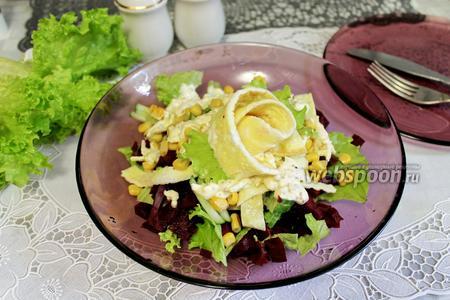 Салат со свёклой, кукурузой и омлетом
