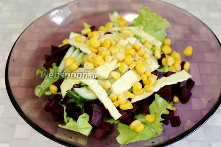 Добавить ленточки омлета и кукурузу к остальным компонентам.