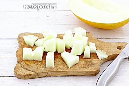Промойте дыню, обсушите салфеткой. Разрежьте на 2 половинки. Очистите от кожуры, удалите семена. Нарежьте небольшими ломтиками.