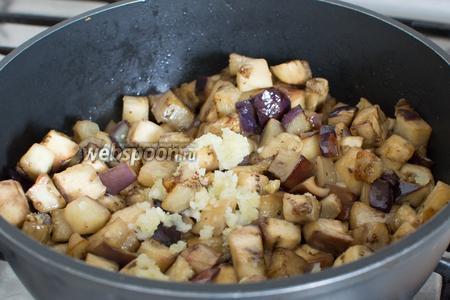 После того, как баклажаны пустили сок и из них ушла горечь, промокните их и обсушите бумажными полотенцами. Разогрейте сковороду и обжарьте  баклажаны, помешивая, минуты 4-5. Затем добавьте измельчённый чеснок и имбирь. Продолжайте готовить.